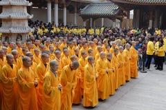 Muchos monjes del templo del nanputuo llevan a cabo ceremonia de la bendición Foto de archivo