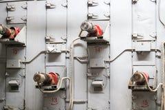 Muchos motores el?ctricos asincr?nicos del metal industrial en la pared gris del hierro en un m?quina-edificio, qu?mico, petroqu? fotos de archivo libres de regalías