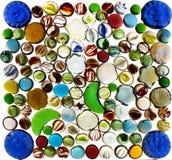 Muchos mármoles de cristal transparentes coloridos aislados en el backgr blanco Foto de archivo libre de regalías
