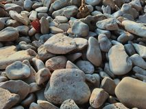 Muchos, muchas piedras en la que está de la playa croata Imagenes de archivo