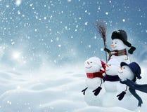 Muchos muñecos de nieve que se colocan en paisaje de la Navidad del invierno Fotos de archivo libres de regalías