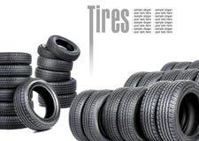 Muchos neumáticos en el fondo blanco Fotos de archivo