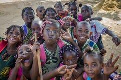 Muchos niños africanos jovenes con el pelo maravillosamente adornado que hace las caras para la cámara, Cabinda, Angola, África Fotografía de archivo