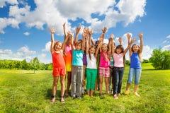 Muchos niños afuera Imagenes de archivo
