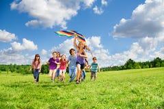 Muchos niños se divierten con la cometa imágenes de archivo libres de regalías