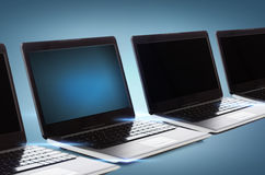 Muchos ordenadores portátiles con las pantallas negras en blanco ilustración del vector