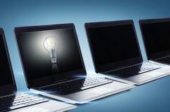 Muchos ordenadores portátiles con las pantallas negras en blanco imagen de archivo