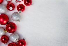 Muchos ornamentos de la Navidad en la nieve Imágenes de archivo libres de regalías