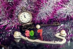 Muchos ornamentos y regalos del día de fiesta Fotografía de archivo