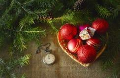 Muchos ornamentos y regalos del día de fiesta Decoraciones y ramas del abeto Fotografía de archivo libre de regalías