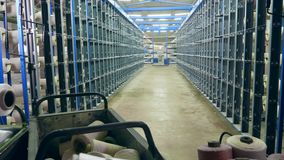Muchos ovillos con los hilos almacenados en una instalación en una fábrica almacen de video