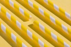 Muchos palillos amarillos para el jugo de consumición ilustración del vector