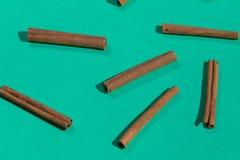 Muchos palillos de canela, aislados en fondo azul imagenes de archivo