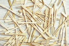 Muchos palillos de madera en los canapes Imagenes de archivo