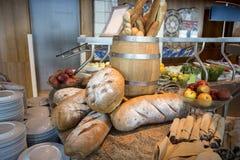 Muchos panes y rollos mezclados tirados desde arriba Imagen de archivo
