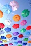 Muchos paraguas multicolores que adornan en lugar al aire libre imagenes de archivo