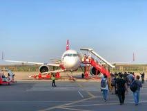Muchos pasajeros que caminan al vuelo Krabi del aeroplano a Bangkok Fotografía de archivo libre de regalías