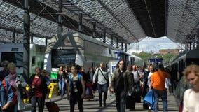 Muchos pasajeros y trenes en el ferrocarril en Helsinki, Finlandia Lapso de tiempo almacen de metraje de vídeo