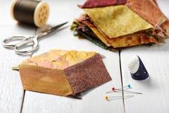 Muchos pedazos del diamante de tela cosieron como un cubo foto de archivo libre de regalías