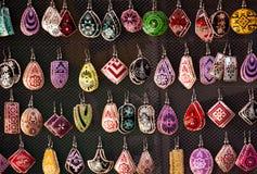 Muchos pendientes hechos a mano coloridos para la venta en Fotografía de archivo