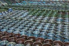 Muchos pequeños cuencos adornados para los recuerdos, Bukhara, Uzbekistán foto de archivo