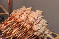 Muchos pequeños kebabs con los pescados de color salmón Fotografía de archivo libre de regalías