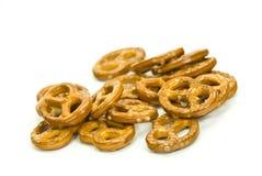 Muchos pequeños pretzeles en el fondo blanco imagen de archivo
