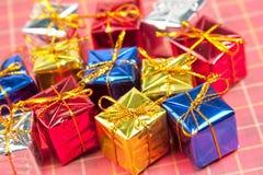 Muchos pequeños regalos de la Navidad Imagenes de archivo