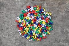 Muchos pernos coloridos del empuje Fotos de archivo libres de regalías