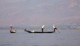 Muchos pescadores que trabajan en el lago en el Estado de Shan, Myanmar Fotos de archivo libres de regalías