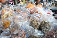 Muchos pescados secados y calamar secado en un bolso de muchos paquetes Mariscos que procesan para la venta en el mercado del loc fotos de archivo