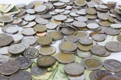 Muchos pila de moneda de Tailandia del baht de las monedas en cuenco de cerámica amarillo Imagen de archivo libre de regalías