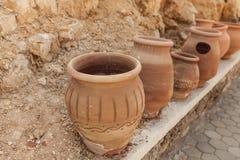 Muchos potes de arcilla grandes que se colocan en fila Fotografía de archivo libre de regalías