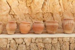 Muchos potes de arcilla grandes que se colocan en fila Fotografía de archivo