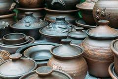 Muchos potes de arcilla marrones hechos a mano, cuencos, tazas Imagenes de archivo
