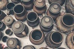 Muchos potes de arcilla marrones hechos a mano, cuencos, tazas Foto de archivo libre de regalías