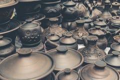 Muchos potes de arcilla marrones hechos a mano, cuencos, tazas Fotos de archivo