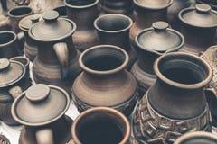 Muchos potes de arcilla marrones hechos a mano, cuencos, tazas Foto de archivo
