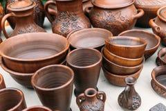 Muchos potes de arcilla marrones hechos a mano, cuencos, tazas Imagen de archivo