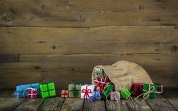 Muchos regalos de Navidad coloridos en viejo fondo de madera Fotos de archivo