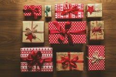 Muchos regalos de Navidad maravillosamente desde arriba envueltos del vintage, visión fotografía de archivo