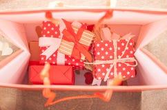 Muchos regalos en bolso Foto de archivo
