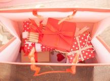 Muchos regalos en bolso Fotografía de archivo