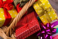 Muchos regalos en una cesta de mimbre Fotografía de archivo libre de regalías