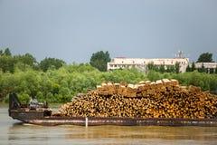 Muchos registros de madera transportados en el barco por el agua imagen de archivo libre de regalías