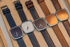 Muchos relojes de moda en la tienda fotografía de archivo libre de regalías