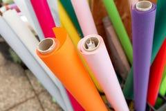 Muchos rollos del papel de embalaje para las flores Papel de embalaje rojo, verde, de plata colorido para los presentes fotos de archivo