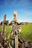 Muchos rosarios en la colina de cruces Foto de archivo