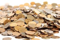 Muchos se platean y las monedas de oro aisladas Imágenes de archivo libres de regalías