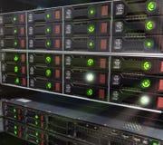 Muchos servidores potentes que corren en el cuarto del servidor del centro de datos Arsenal de almacenamiento en discos foto de archivo